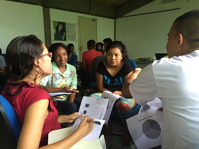 Consultores discussing survey results