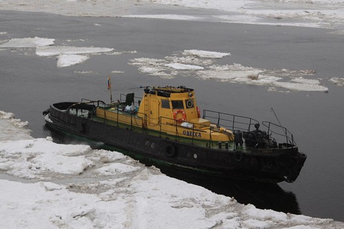 Icebreaker at work beneath Тро́ицкий мост (Trinity Bridge)