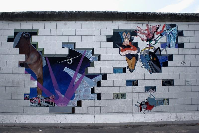 Une scène de The Wall d'Alan Parker d'après les Pink Floyd sur un bout du mur de Berlin (East Side Gallery).