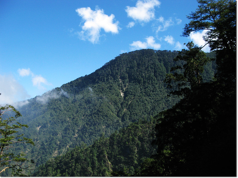 登山途中望治茆南峰