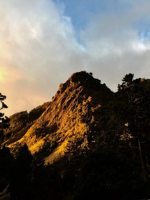 石洞附近營地前的日出