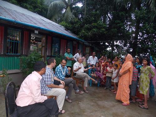WorldFish staff meeting farmers at Agailjhora, Bangladesh. Photo by Md. Sarwardi, 2013.