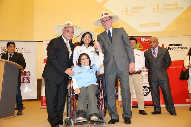 26.09.2016 Ministro Grados entregó certificados a 150 personas que culminaron las capacitaciones de Impulsa Perú