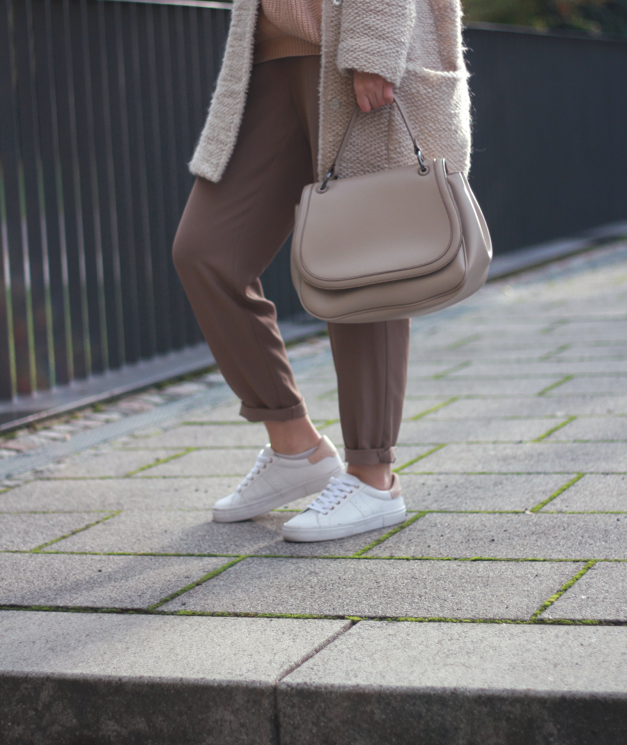 outfit beige trousers warehouse sneaker pull and bear coat zara bag