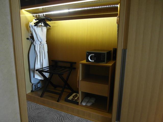 衣櫃裡有超多東西!浴袍、熨斗、熨馬、行李架、室內拖、洗衣袋、保險箱@台中日月千禧酒店