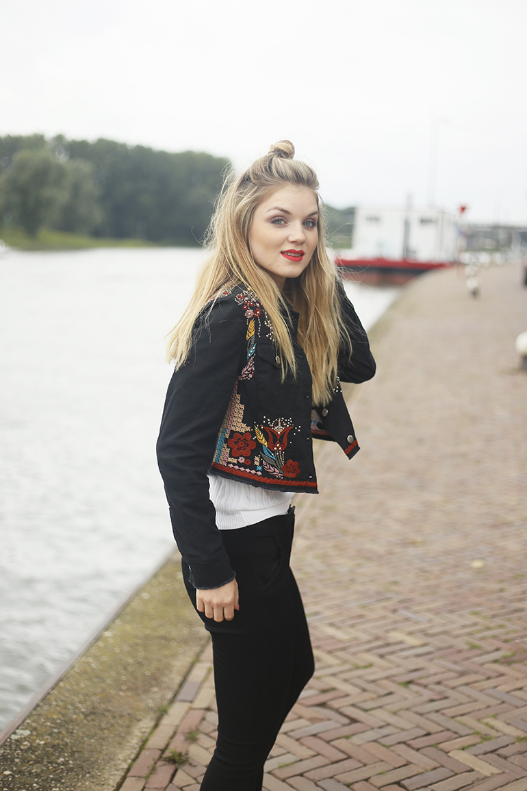 embroidered jacket, espadrilles, pantalon, zwarte pantalon, witte polo, fashionblogger, arnhem, rijnkade, river island, vogue online shopping night, bloggen, kortingscode river island, zwart spijkerjack, & other stories, zara, mango, rode lipstick