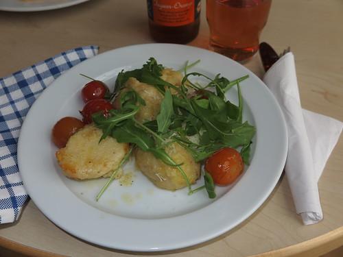 Käsenocken mit Parmesan und heißen Tomaten (im Bistro der Katholischen Familien-Bildungsstätte Osnabrück)