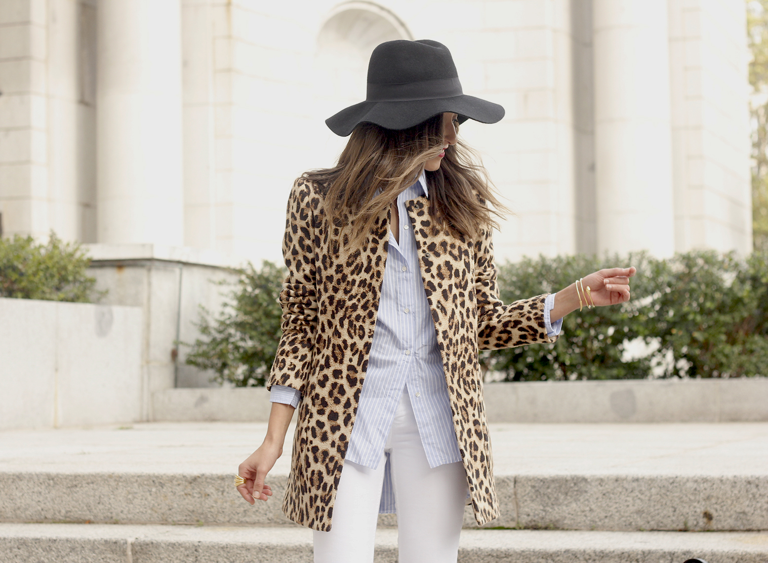 Leopard print coat white ripped jeans flats accesories black hat furla bag aristocrazy ring outfit style21