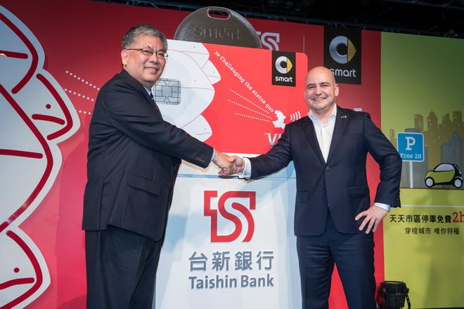 台新金控執行長尚瑞強(左)、台灣賓士轎車行銷業務處副總裁何睿思(右)共同揭開smart車主專屬的全新設計smart card台新銀行聯名卡