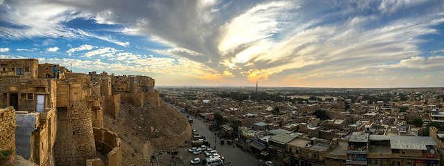 Panoramic view of Jaisalmer Fort and the city before sunset, Jaisalmer, India ジャイサルメール・フォートから眺める日没前の空と町