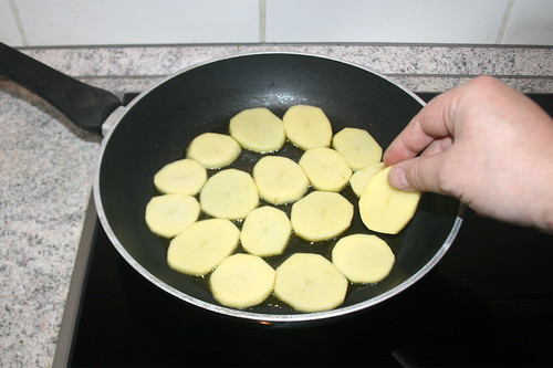 28 - Kartoffelscheiben in Pfanne geben / Put potato slices in pan