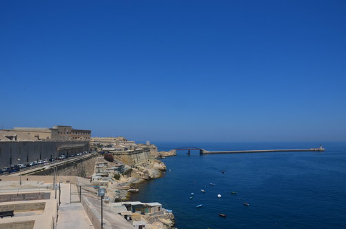 Blick entlang der Hafenmauer von Valetta