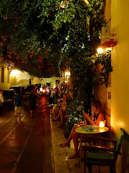 dansles rues de plaka, la nuit