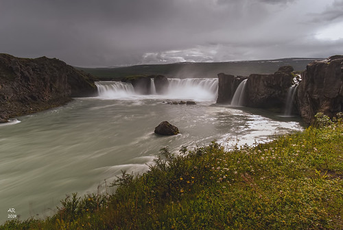 driving_the_ring_road_in_iceland_north_iceland_Godafoss_Falls