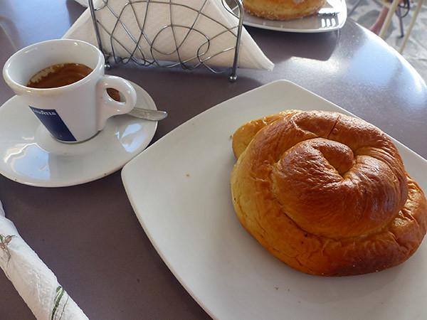 une brioche et un petit café