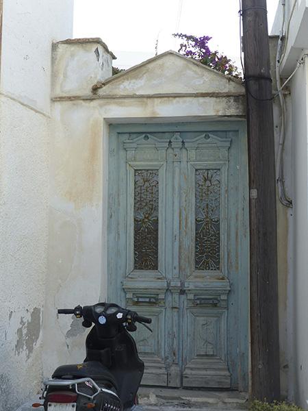 vieille porte et vespa