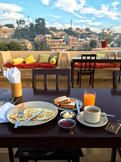Breakfast at Hotel Pleasant Haveli, Jaisalmer, India ジャイサルメール、ホテル・プレザント・ハヴェリ屋上レストランでの朝食