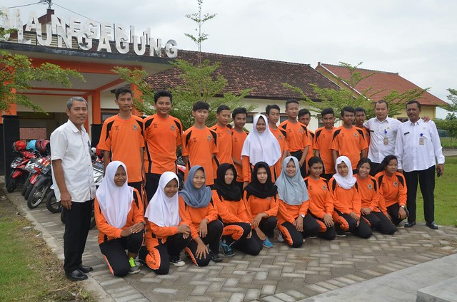 KPU Tulungagung menyempatkan berfoto bersama siswa dan guru di SMAN 1 Tulungagung(3/4)
