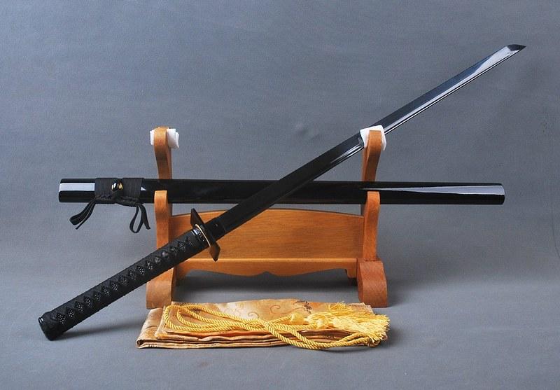 Japanese-samurai-sword-black-blade-2