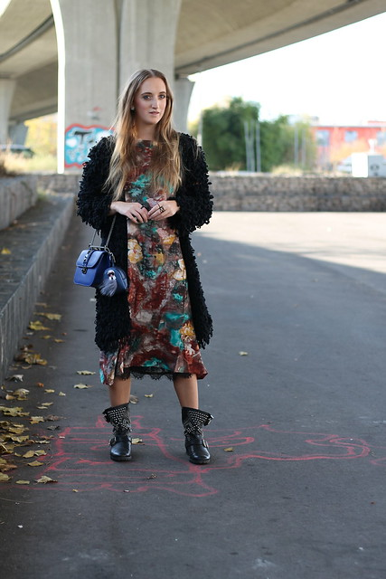 colorful-dress-and-studded-boots-whole-look-front-wiebkembg
