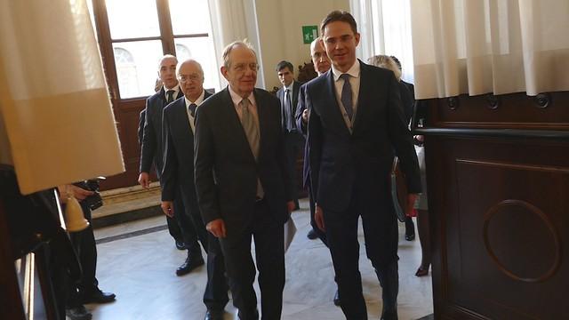 Padoan e Katainen alla firma dell' intesa sui finanziamenti alle PMI tra la Cassa Depositi e Prestiti e il Fondo Europeo per gli Investimenti