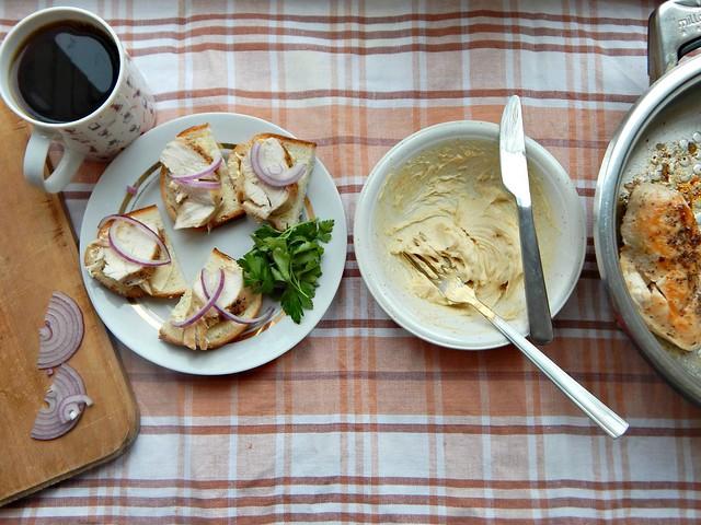 Бутерброды с курицей и горчичным маслом по рецепту из Книги о вкусной и здоровой пище, пошаговые фотографии | HoroshoGromko.ru