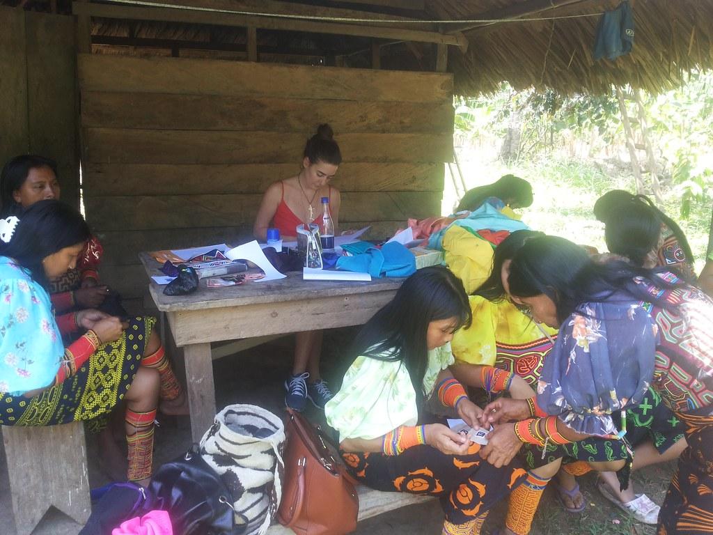 Comunidad Kuna produciendo piezas para Makua jewelry