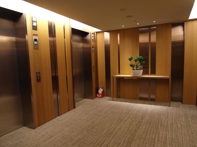每一層樓的電梯等候區都有不同的擺設@台中日月千禧酒店