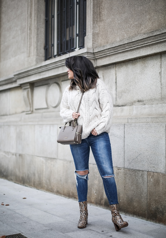 Ripped-jeans-La-Redoute-White_Knit-Snake_Effect_Booties-Acosta-Carmen-_Bag-Outfit-Street_Style5