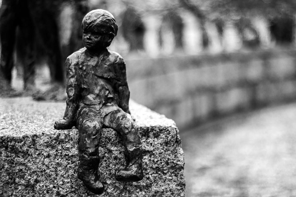 Skulptur kleiner Junge