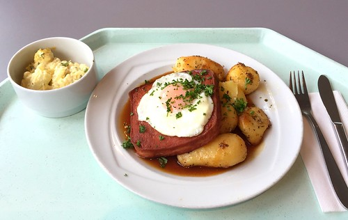 Meat loaf with fried egg, gravy & roast potatoes / Abgebräunter Leberkäse mit Spiegelei, Bratensauce & Röstkartoffeln