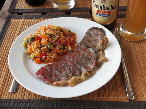 Hauchdünn geschnittenes Nebraska Dry Aged Beef vom Grill zu buntem Reissalat