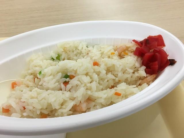 因為飛機 delay 怕小孩餓著所以買了蝦仁炒飯