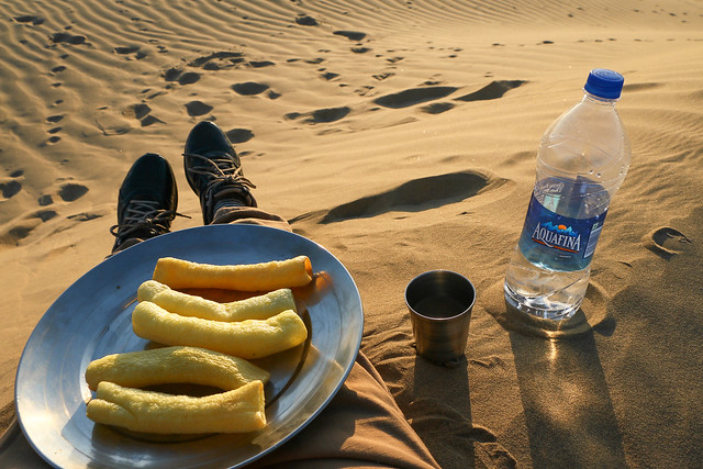 Snack time at camel safari tour, Khuri sand dunes near Jaisalmer, India ジャイサルメール、クーリー砂丘でおやつタイム