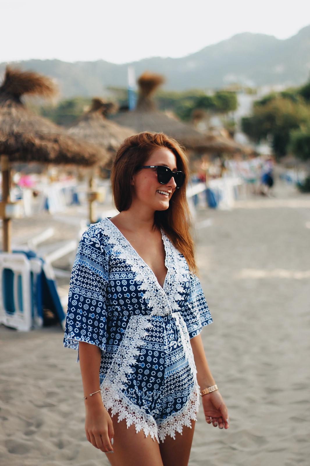 Sommer Strand Outfit: Jumpsuit in weiß und blau mit Spitze