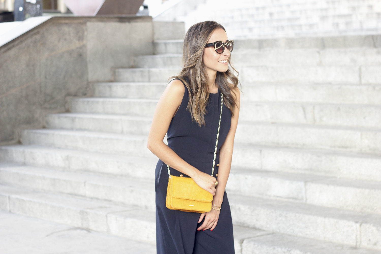 blue jumpsuit with goldden buttons mustard bag uterqüe nude heels06