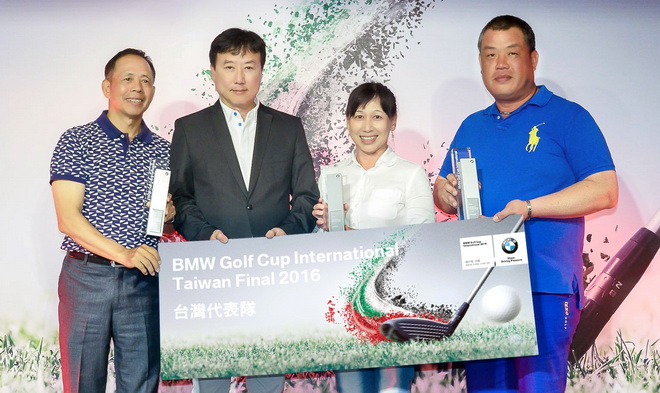 [新聞照片一]翁明義先生(左一)、李宗蕙小姐(右二)、許志民先生(右一)從汎德股份有限公司營業部副總經理 吳漢明先生(左二)手上接獲冠軍獎項,並將代表台灣前進杜拜參加「2016 BMW世界盃業餘高爾夫錦標賽 國際決賽」