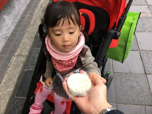 太宰府的名產梅ヶ枝餅(うめがえもち),買一顆來吃看看