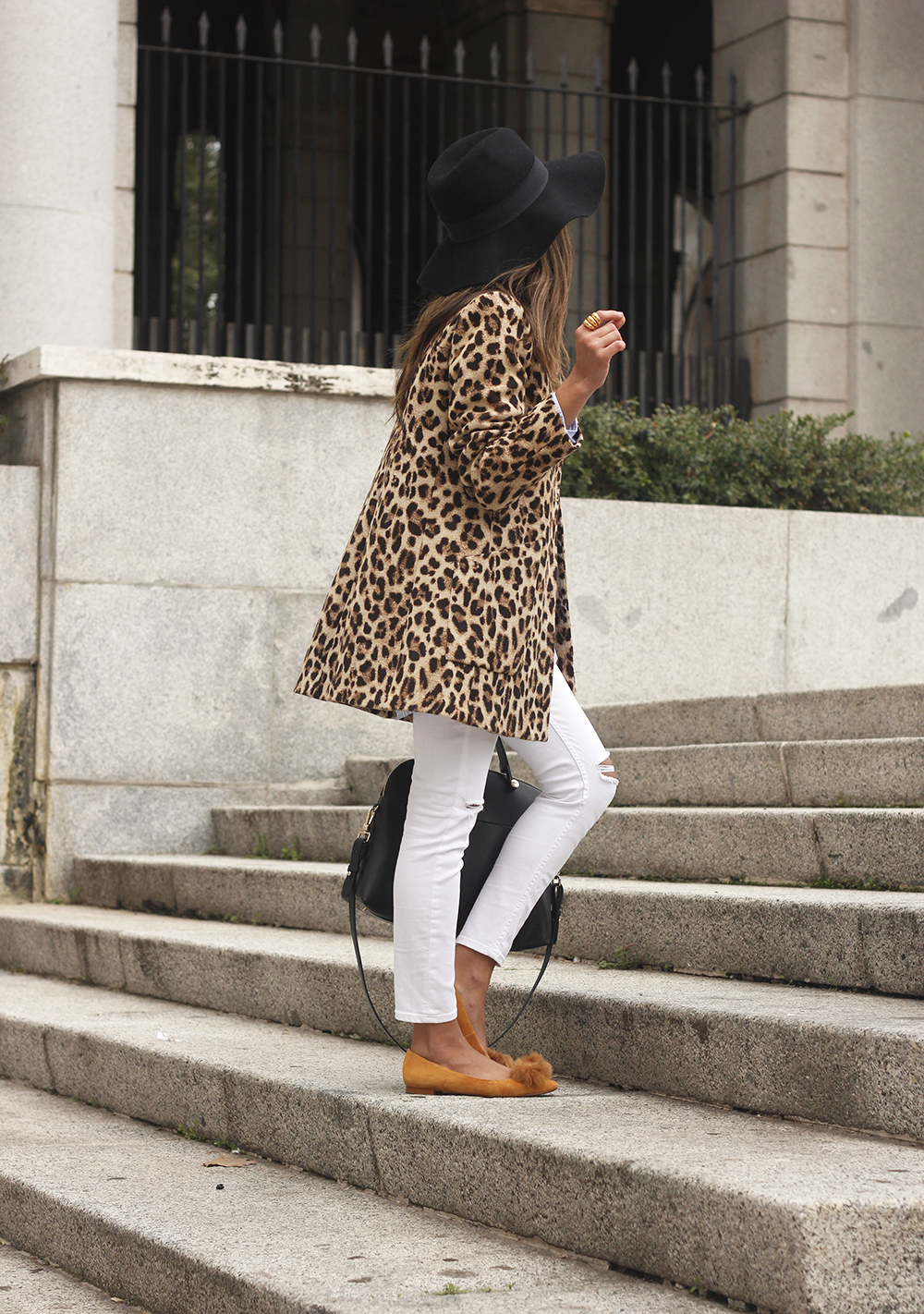Leopard print coat white ripped jeans flats accesories black hat furla bag aristocrazy ring outfit style05