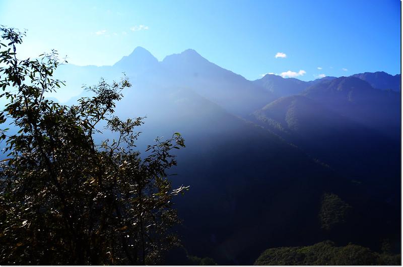 焦土山大崩塌處東南眺佐久間山、立霧主山