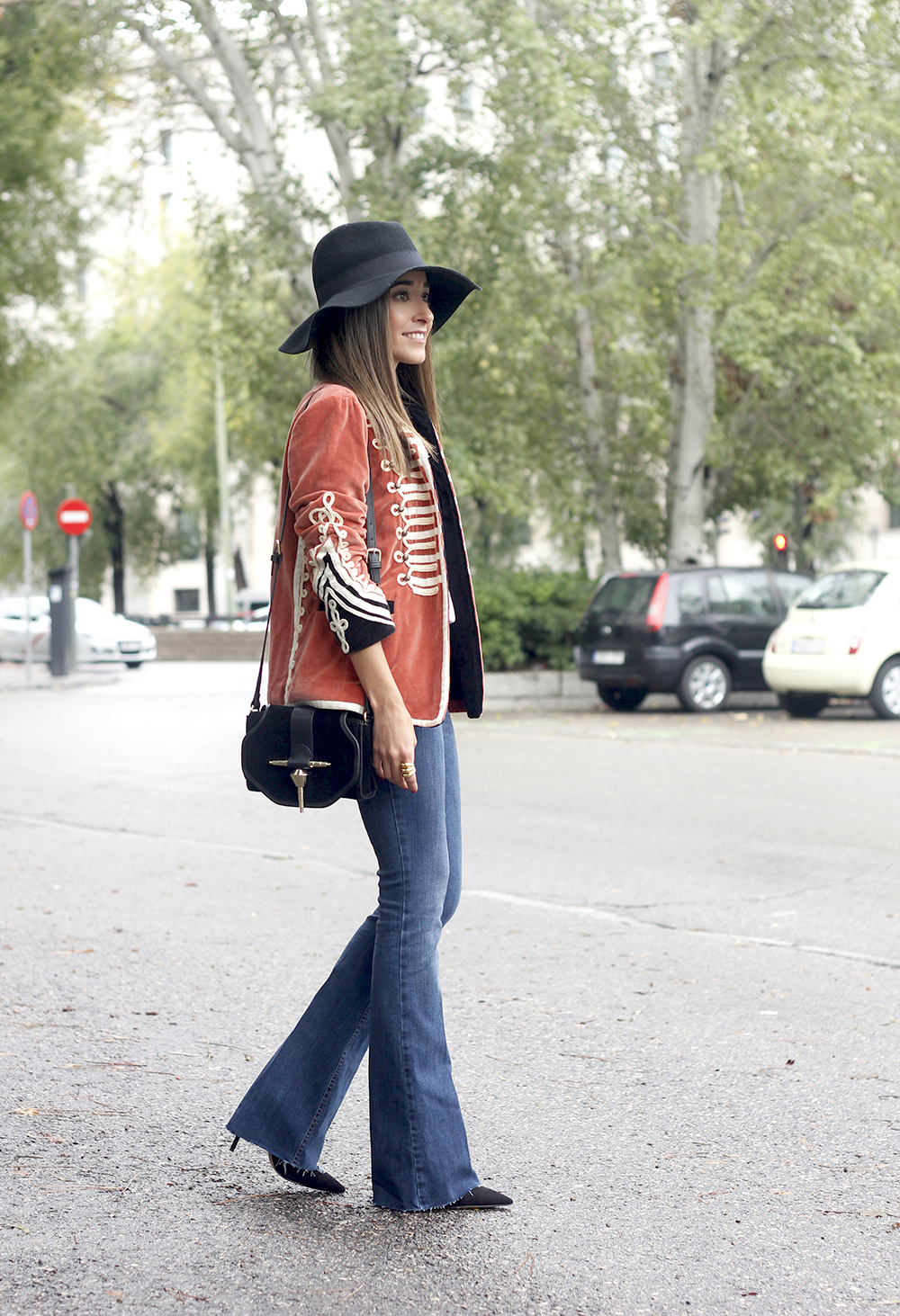 velvet jacket jeans hat rainny day heels accessories outfit style fashion03