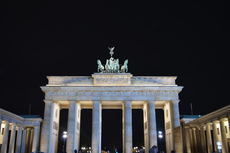 this is a picture of the brandenburg gate at night