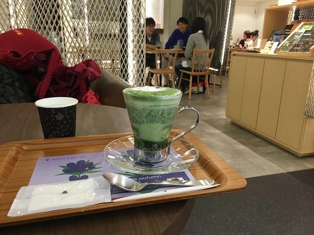 在百貨公司點了抹茶坐著喝點東西休息一下