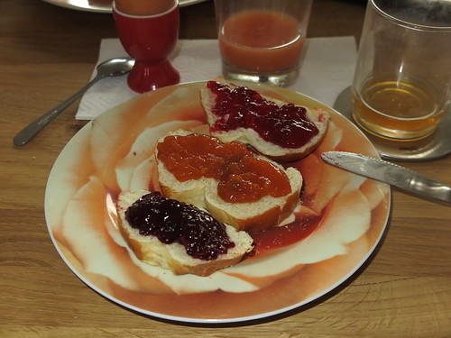 Kirsch- und Aprikosenmarmelade sowie Johannisbeergelee auf Brioche