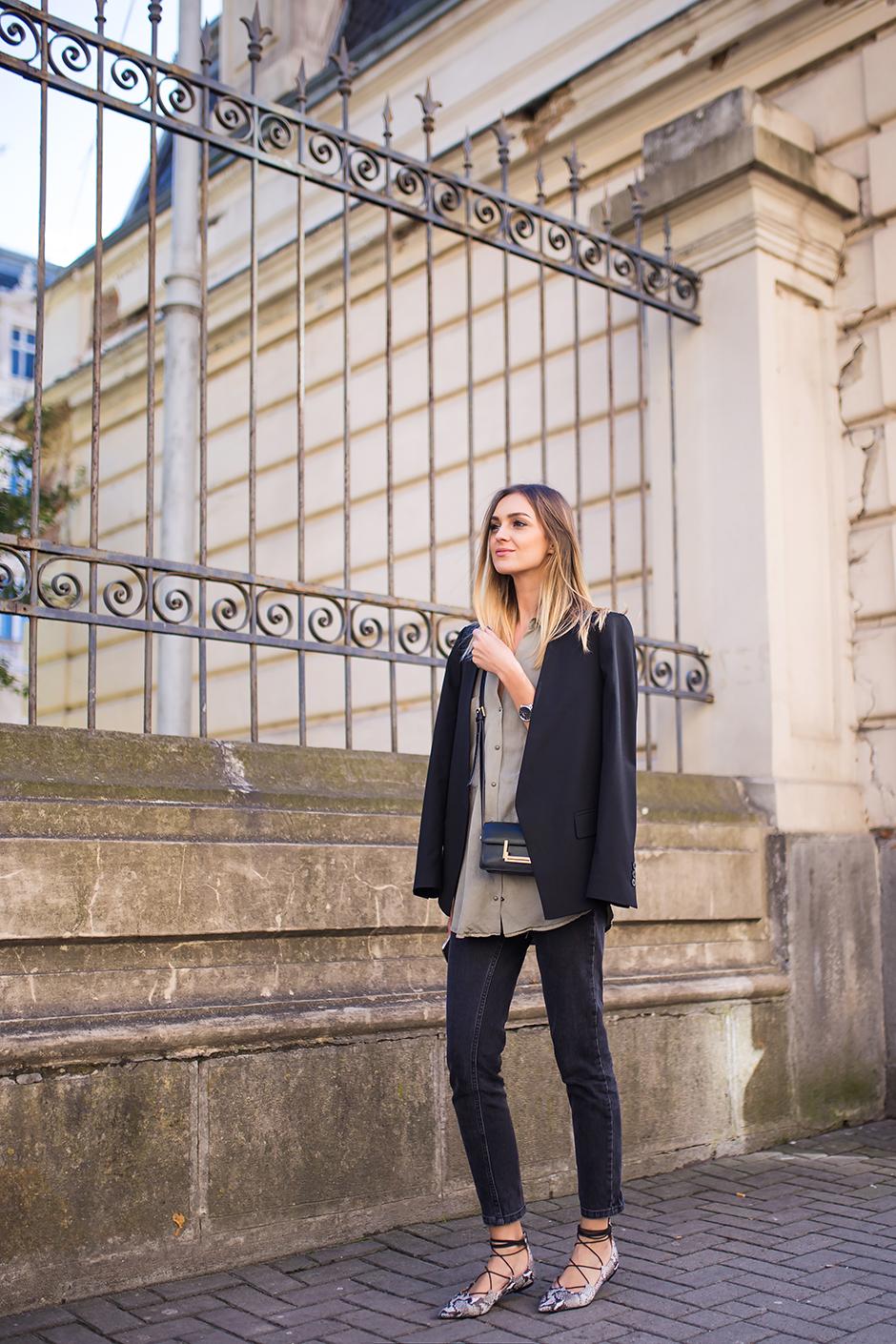 outfit-black-blazer-khaki-style