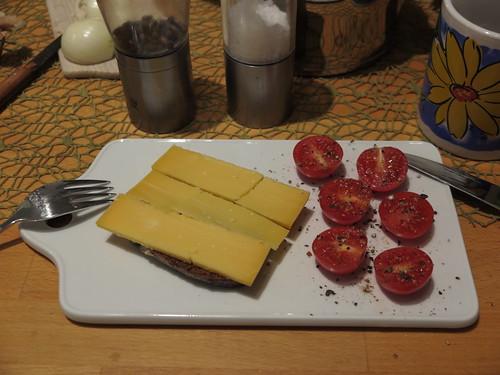 Käse auf Vollkornbort mit aufgeschnittenen Tomaten