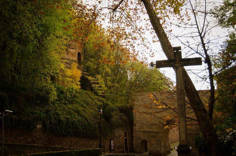 Puerta de las granadas y cruz