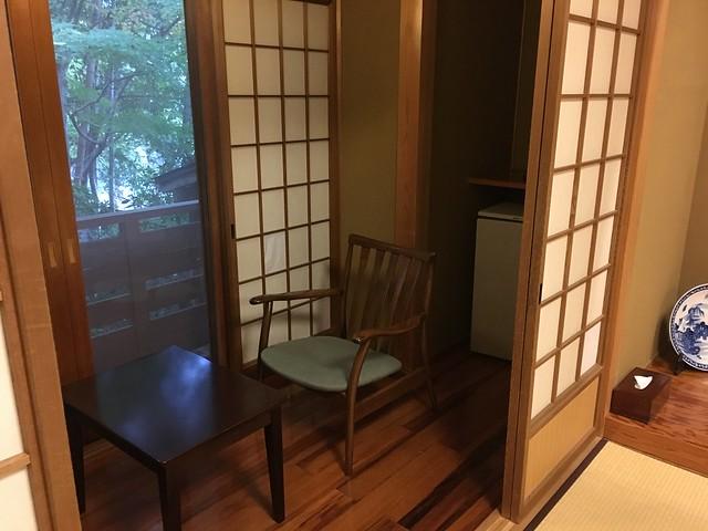 靠近外側有個室內的小陽台,放了兩椅一桌,可以吃點心曬太陽休息一下,另一頭有個小冰箱