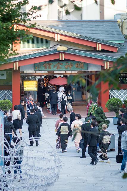 神田明神で結婚式を挙げる方々。準備をしている段階