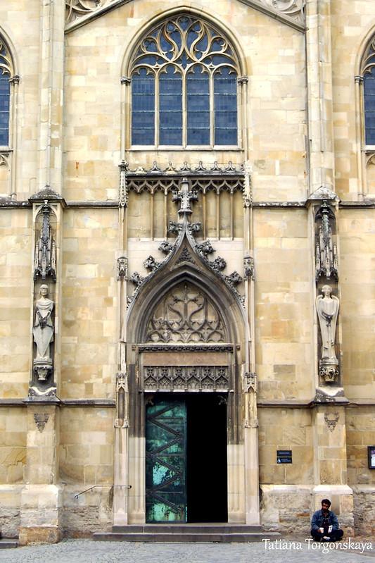 Центральный вход в собор